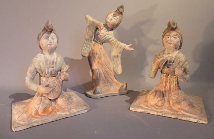 Set van twee vrouwelijke Hof muzikanten en een danseres Tang dynastie met TL-test - 215 / 26cm  Set van 3 aardewerk-cijfers: een vrouwelijke Hof danser en twee vergadering vrouwelijke rechter muzikanten.Aardewerk bekleed met witte slip en groen/oranje pigmenten.Hoogte: 21 5cm voor 2 musici 26cm voor de danser.De vrouw lange mouwen is het uitvoeren van een Tang Hof dans vergezeld door de 2 vrouwelijke Hof muzikanten.Beide muzikanten zitten; een speelt de luit (pipa) en de andere een kleine…
