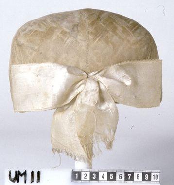 """""""Bindmössa av silkebroderat siden. Har hört ihop med folkdräkt i Mollösund på Orust,"""" Bohuslän. Ca 1750 DigitaltMuseum - Bindmössa"""