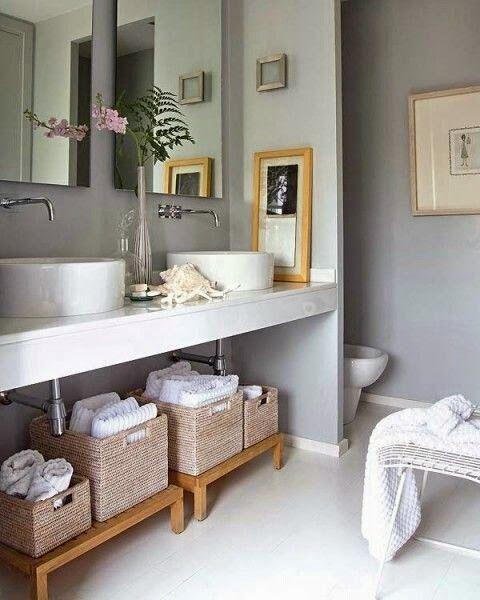 Ideas para organizar con cestas de mimbre en el baño