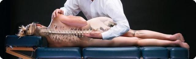O que é Quiropraxia e para que serve?  A Quiropraxia trata de problemas musculoesqueléticos, principalmente problemas de coluna através do realinhamento da coluna vertebral. Dores nas costas, tensões, dor de cabeça, enxaqueca, lombalgia e ciatalgia, dor no pescoço e rigidez na nuca, dores nos ombros e articulações em geral, artrose, são sintomas de problemas que a quiropraxia eficientemente pode te ajudar.