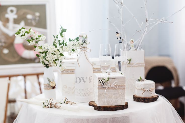 Dekoracje komunijne stołu, fot. Shutterstock #białe #gałązki #dekoracje #aranżacje #bukiet #aranżacja #inspiracja #biała #kwiaciarnia #wazon #dekoracja #kwiatowa #komunia #impreza #stół #przyjęcia #domowe