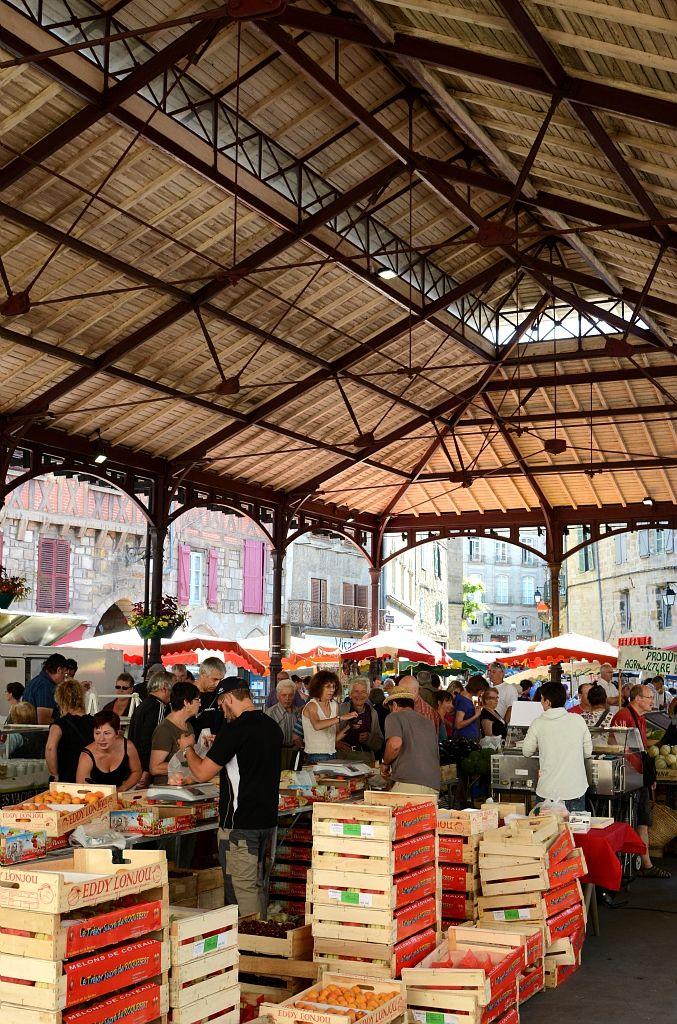 Figeac - Par CRT Midi-Pyrénées / Patrice THEBAULT #TourismeMidiPy #MidiPyrenees #France #marché #market #food #fruit