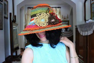 uncinetto moda e fantasia:   cappello multicolore ricamato con perle