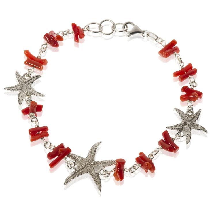 Stilose, bracciale in argento 925 placcato rodio con elementi in corallo oppure turchese intervallati da tre stelle marine, in due differenti misure, impreziosite da incisioni decorative.