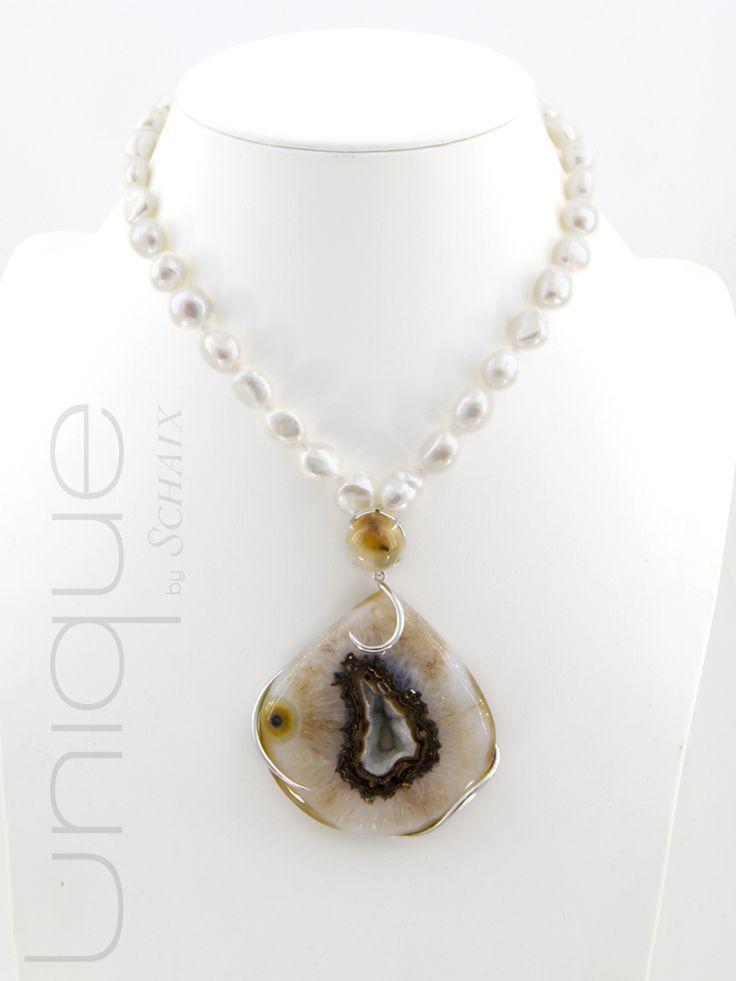 Collier en perles baroques, pendentif détachable en argent orné d'un quartz druzy solar