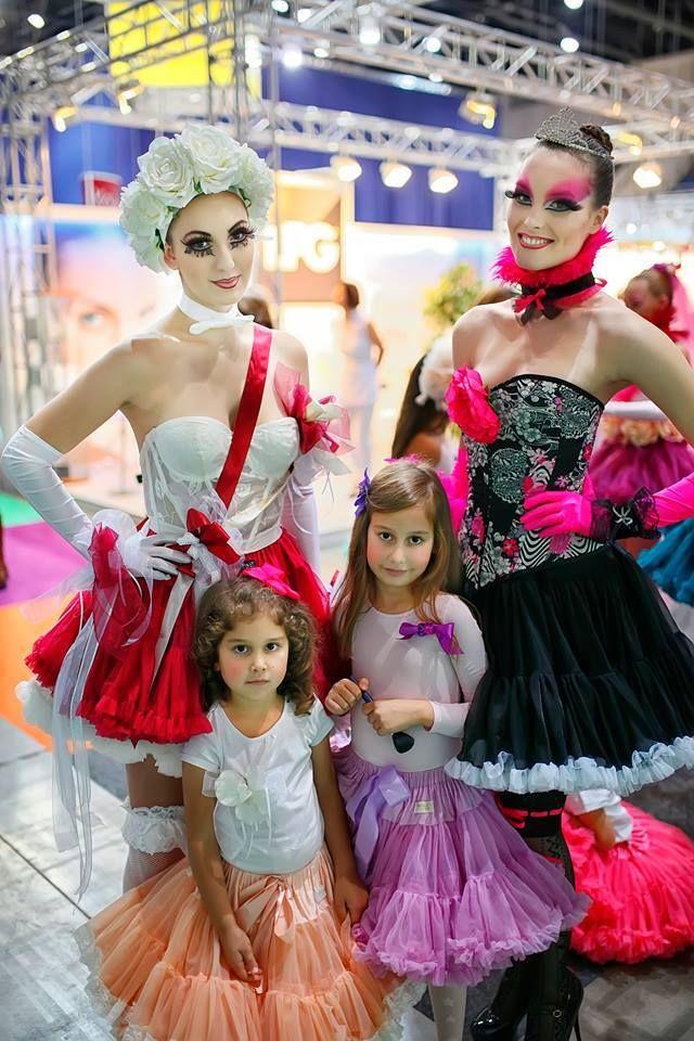 """Ilyen az, amikor a Guinness-rekorder sminkes/stylist elképzelése valósággá válik. Tórizs Hajni """"Játékbabák"""" tematikája, fantasztikus sminkjei és hajdíszei, na meg a mi szoknyáink tökéletes párost alkotnak Köszönjük a szuper fotókat Umamira photography!"""