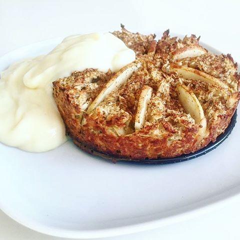 Vem vill inte kunna njuta utav en äppelpaj till frukost? Den här ungsstekta gröten med smak av äpple och kanel serveras tillsammans med ProPud Vanilla. Vi säger ett stort grattis till @fridamikalinerebecca som vinner månadens ProPud-recept! Kommentera din mejladress här nedan så tar vi kontakt med dig. #njie #propud #njierecept  Recept: 1 ProPud Vanilla 1 ½ dl havregryn 1 krm bakpulver 1 krm kanel 2 msk kokos 1 ägg ½ dl äpplemos 2 msk vatten ½ rivet äpple (skär skivor av andra halvan och…
