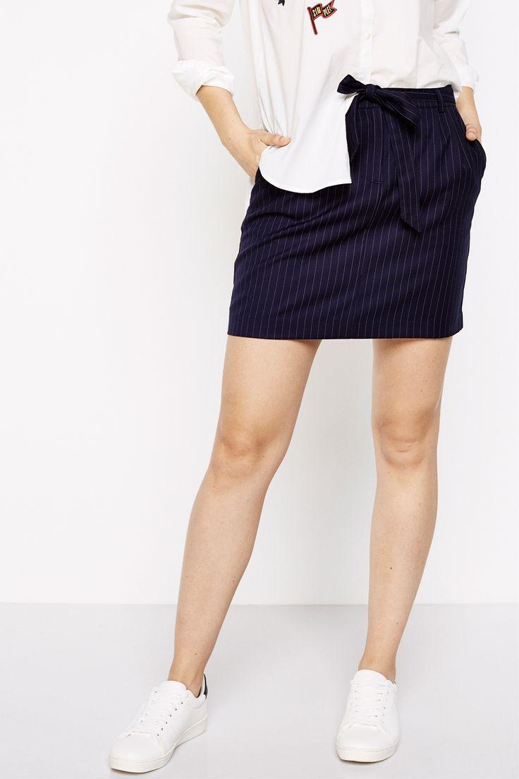 Falda corta, estampada con raya diplomática, con bolsillos en los laterales y falsos traseros. Con cierre de cremallera y con cinturón de lazo. | Faldas | Springfield