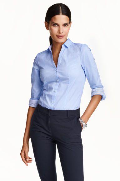 Stretch hemd: Een getailleerd hemd van elastische katoenmix met lange mouwen, een V-hals en een kleine klassieke kraag, een knoopsluiting aan de voorkant en manchetknopen. De kraag en de manchetten hebben een contrasterende binnenkant. ------ 14.99€