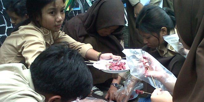 Edupost.id – Dalam momentumIdul Adha ini, beberapa sekolah di Bogor melakukan kegiatanpenyembelihan hewan kurban di area sekolahnya. SMP Negeri 3 dan SMPN 11 Kota Bogortermasuk sekolah yang…