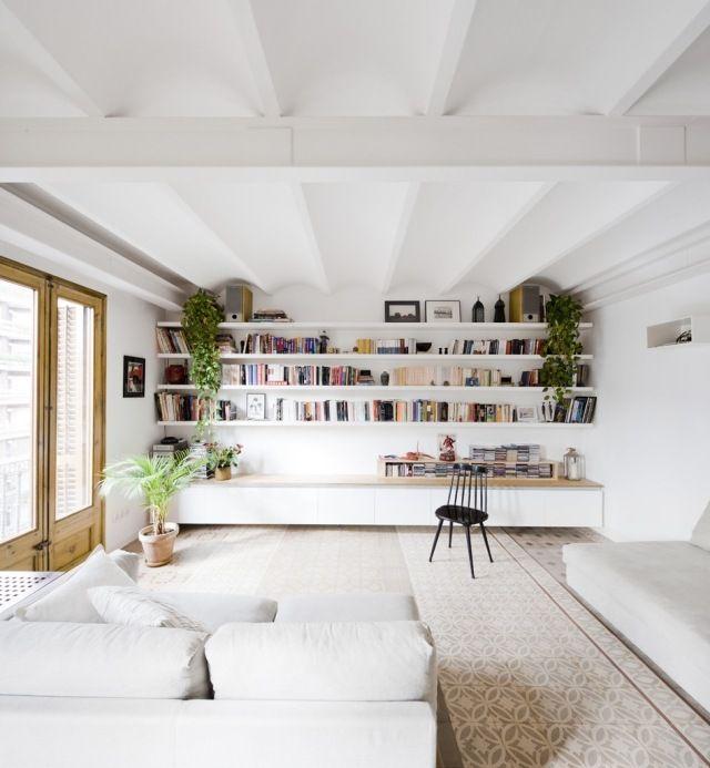 Je rêve d'une belle bibliothèque pleines de livres et de lière qui tombe en cascade! Aaaaahh! - salon design blanc avec étagères murales et meuble de rangement en blanc, canapé blanc et tapis à motifs en beige