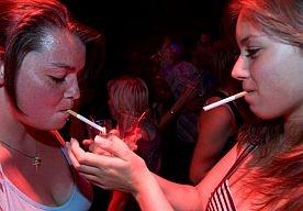 27-Feb-2013 6:57 - PLEIDOOI: MAAK ROKEN ONDER DE 16 JAAR STRAFBAAR. Het moet voor kinderen onder de 16 jaar strafbaar worden om tabak bij zich te hebben. Jongeren die betrapt worden met sigaretten op zak, moeten een boete krijgen. Daarvoor pleiten de belangenvereniging van de tankstations BETA en de brancheorganisatie van de tabaksdetailhandel NSO in De Telegraaf.