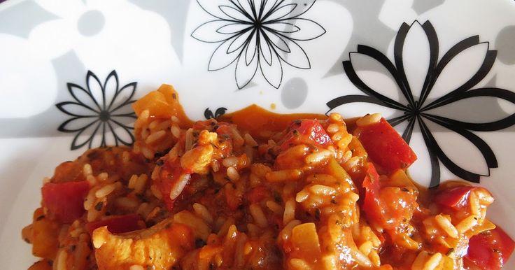 Składniki:   100 g ryżu  1 czerwona papryka  1 duża cebula  400 g pomidorów krojonych z puszki  1 pierś z kurczaka  sól, pieprz, papryk...