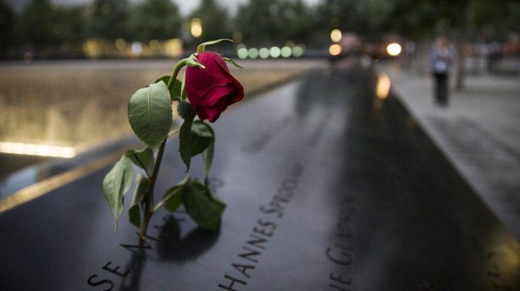 Una rosa marchita conmemorativa en el sitio del World Trade Center en Nueva York, 11 de septiembre de 2014 Este año se cumple el 13 aniversario de los ataques terroristas del 11 de septiembre que mataron a casi 3.000 personas en el World Trade Center, el Pentágono y en el vuelo 93 (AP Photo)