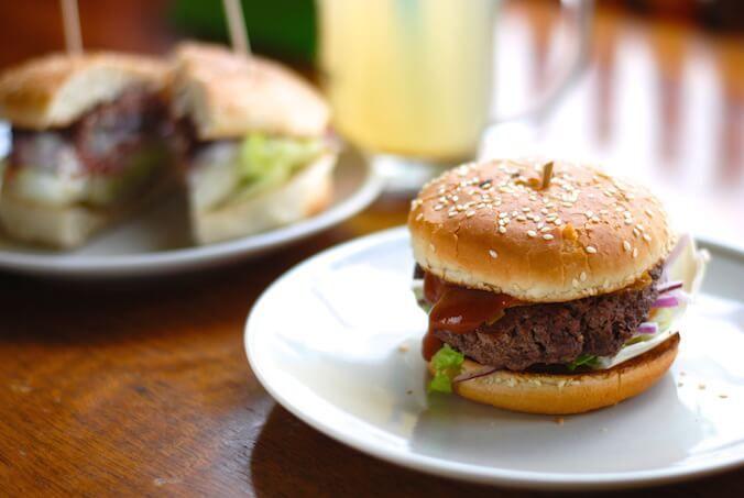 V severnej častiAmeriky sa každý majiteľ vonkajšieho grilu honosí svojim vlastným receptom na hamburger, ktorý je dokonalý po všetkých stránkach, a tým pádom aj najlepší na svete. Keď si vlastnými silami aj vy pár domácich hamburgerov pripravíte, čoskoro zistíte, že na výsledok nemajú najväčší vplyv použité žemle alebo ochutenie a ďalšie suroviny.  Prídete na to, že úplne zásadný je spôsob, ako sa postavíte ku kusu hovädzieho mäsa a prinútite ho premeniť sa na šťavnatý, kompaktný…