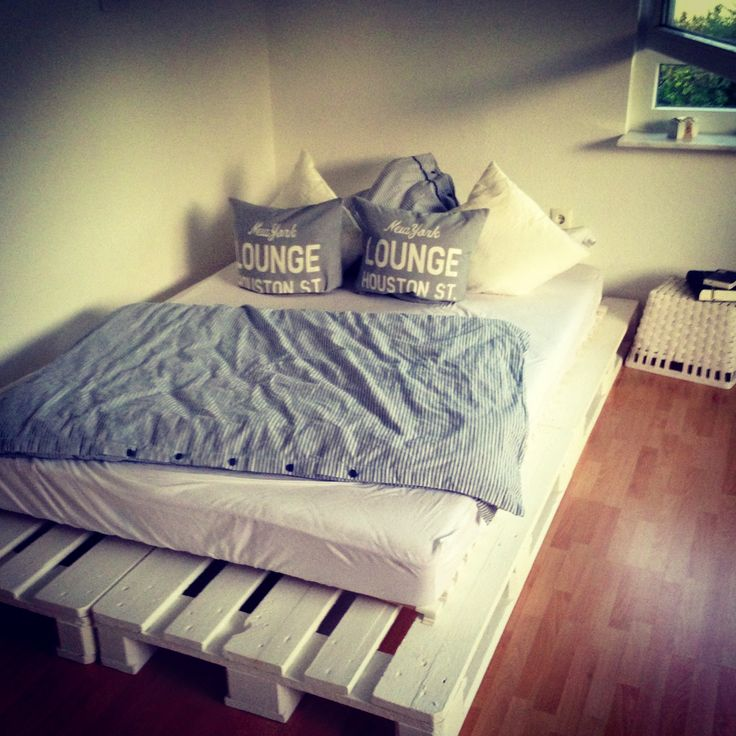 diy bett aus europaletten ein bett bauen pinterest interiors and pallets. Black Bedroom Furniture Sets. Home Design Ideas