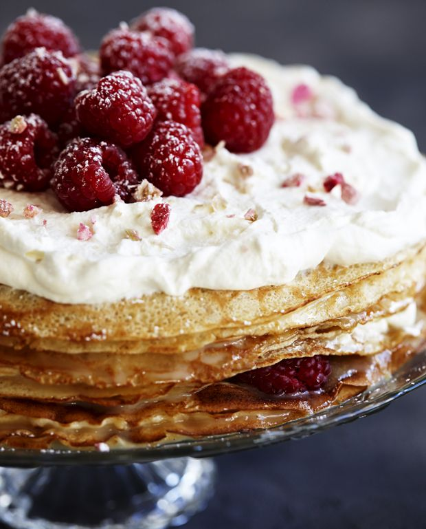 Lav en imponerende og nem lagkage af pandekager med syrlig lemon curd og nypisket flødeskum imellem. Den ligner en million, men tager kun sekunder at lave!