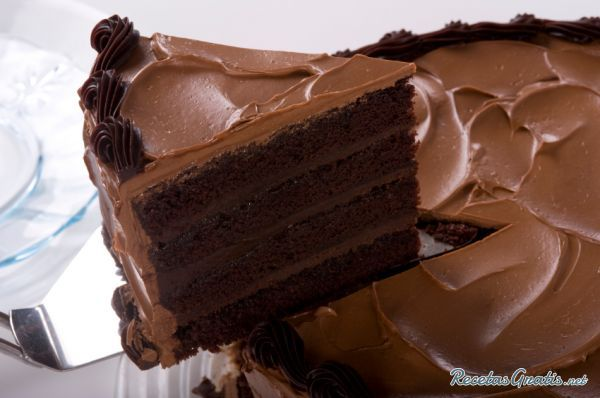 Aprende a preparar torta de chocolate casera con esta rica y fácil receta.  La torta de chocolate siempre es la favorita de los más pequeños. Una receta de postres...