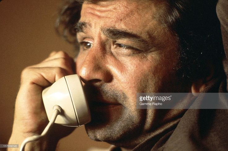1970s: American actor Peter Falk (1927-2011), best known for his role as Lieutenant Columbo in the television series Columbo, talks on a telephone.