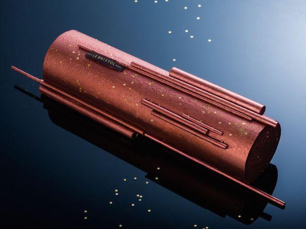 la bûche de Laurent Jeannin - Le Bristol : sous la cage de chocolat, un biscuit roulé aux noix de pécan caramélisées, une feuillantine pralin et chocolat. Au coeur, une crème brûlée caramélisée et parfumée à la vanille de Madagascar et une compotée de fruit de la passion. 18 € la part