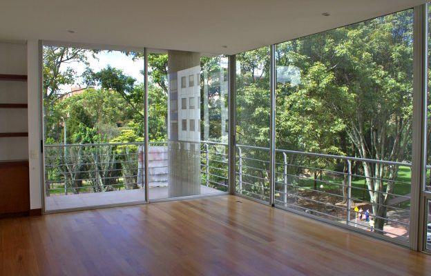 Este espectacular apartamento ubicado en la calle 87 con 16, cuenta con un área de 104 mts, distribuidos en 2 alcobas, 3 baños,1 depósito, 1 garaje, ascensor al apartamento, área social con vista al parque del virrey, cocina cerrada, zona de lavandería, pisos laminados. Mas información y fotos en: http://www.clasinmuebles.com/properties/bogota/increible-apartamento-en-virrey-838.html