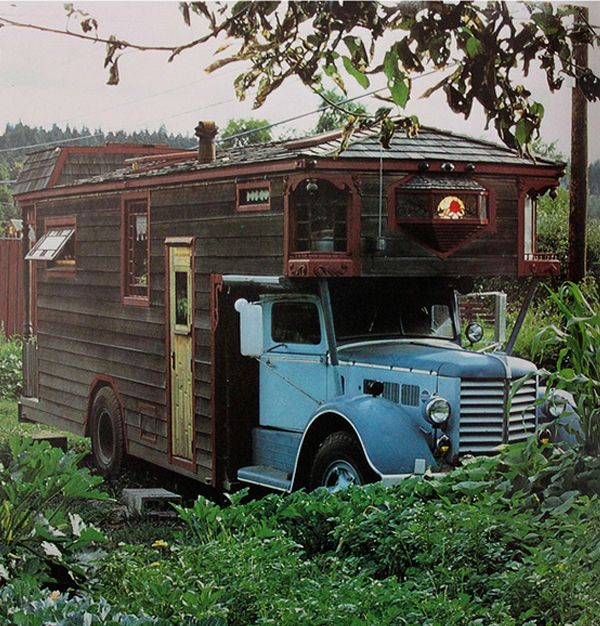 Rolling Homes is a curious book witch contains pictures of houses built on cars.