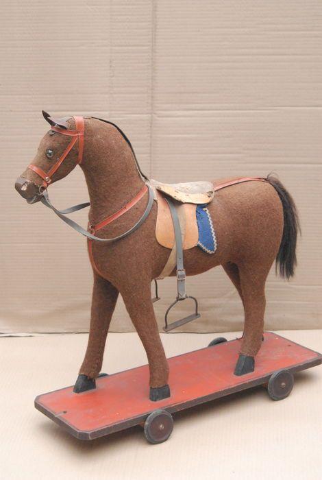 Online veilinghuis Catawiki: Houten paard op wieltjes.