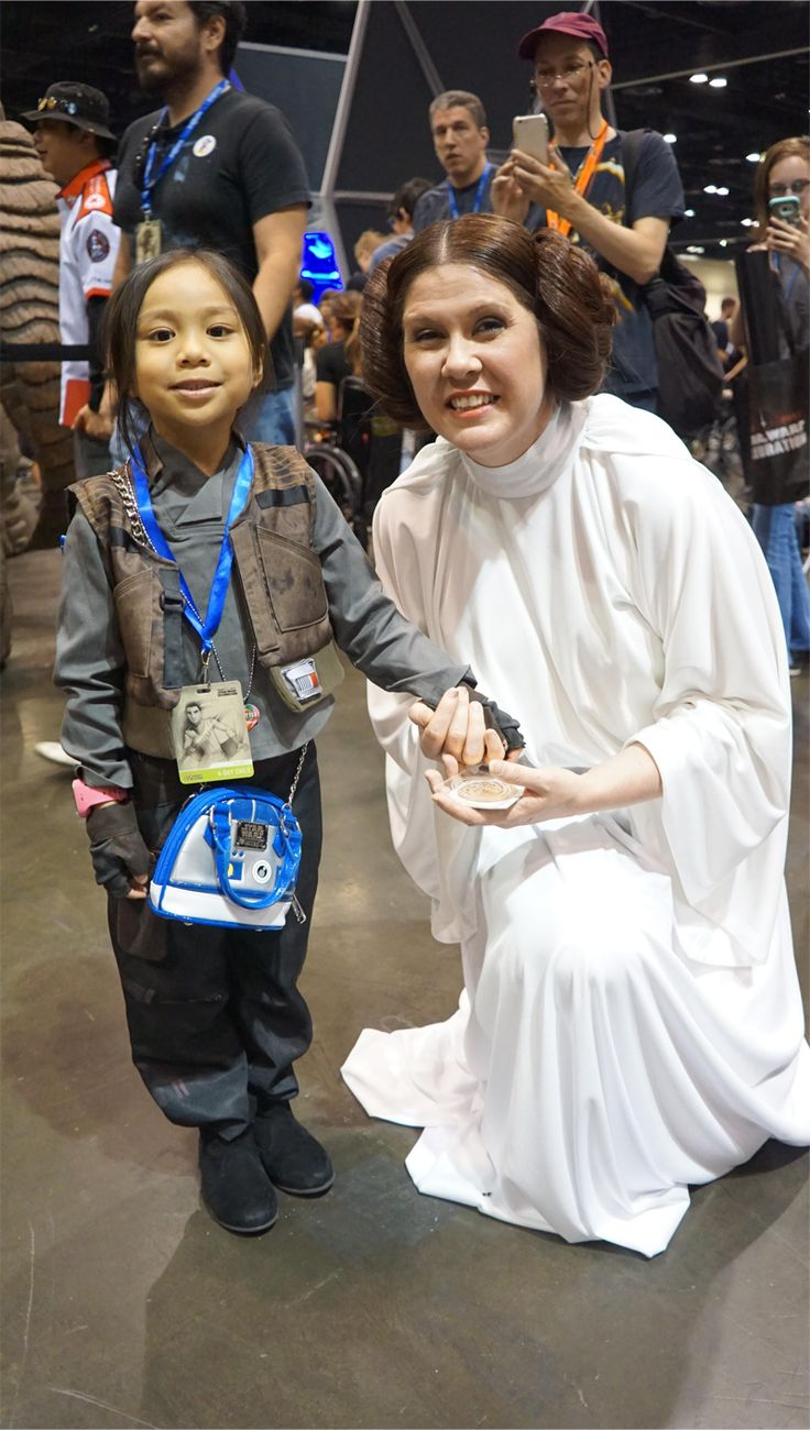 This Adorable Jyn Erso Cosplayer Spent Star Wars Celebration Handing Out the Death Star Plans to Every Princess Leia