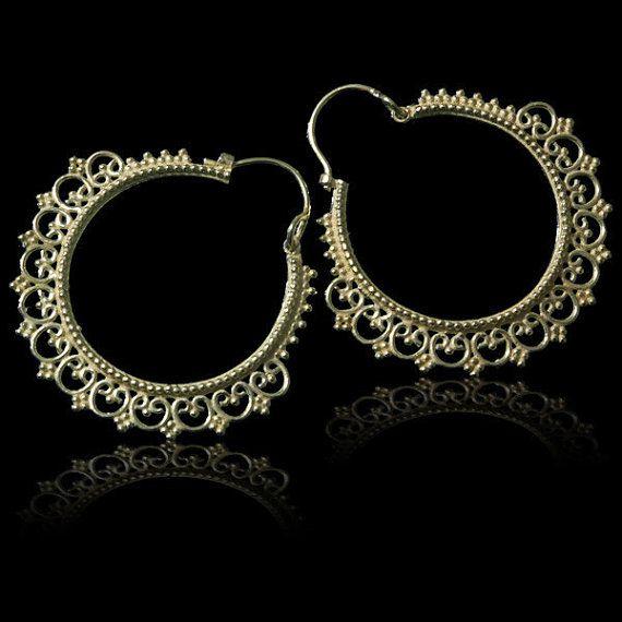 Fatto a mano cerchi di ottone ispirato al disegno di orecchini cerchio di ballerini indiani tradizionali.
