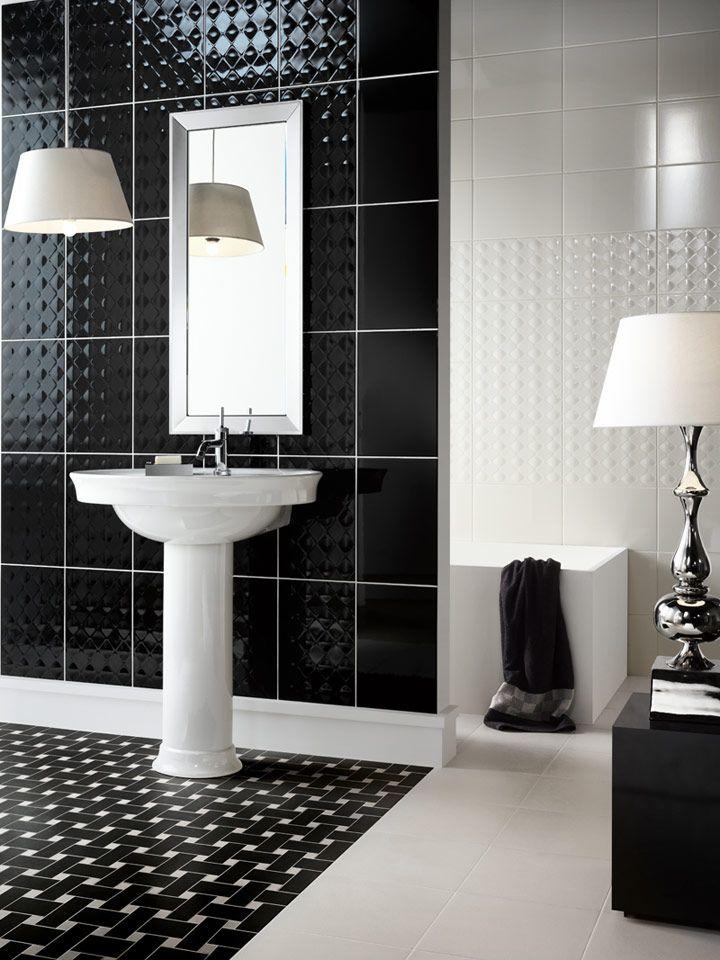 Kylpyhuoneen upea mustavalkoinen seinäkuviointi on toteutettu York-sarjan sileillä ja Struttura Deco -laatoilla.