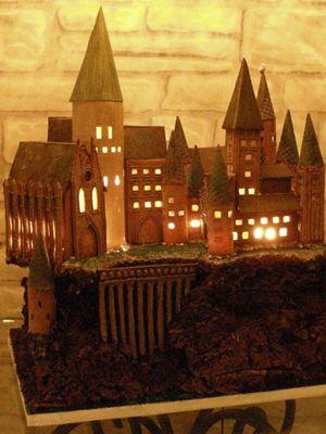 Wow! A lit-up Gingerbread Town - Wow, vilken pepparkaksstad, med tinnar och torn och ljus i alla fönster!