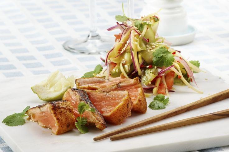 Currystekt salmalaks. Her er tilbehøret like viktig som hovedråvaren. For den sterke og syrligsøte salaten med inspirasjon fra Sørøst-Asia smaker helt fantastisk! 387 g grønnsaker pr. porsjon (voksen).