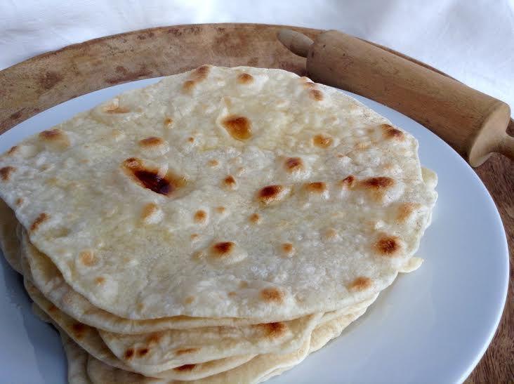 Výborné indické placky čapátí potřené rozpuštěným máslem mají jemnou, neutrální chuť a můžete je použít jako přílohu, nejlépe k indickému jídlu.