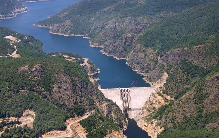Central Hidroeléctrica Ralco Una es Tipo embalse de 155 metros de Altura y 360 metros de Longitud en el cauce del rio Bio Bio.