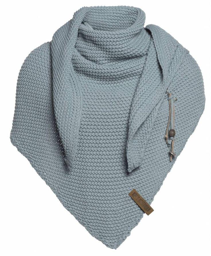 Coco Omslagdoek/Sjaal Stone Green - Een heerlijk royale, gebreide omslagdoek in een prachtige fantasiesteek. Door de handige driehoekvorm is deze oversized sjaal op verschillende manieren te dragen. Met deze grote, gebreide driehoek sjaal of poncho maakt u uw outfit helemaal af.  De Coco Omslagdoek is voorzien van het kenmerkende stoere leren Knit Factory label en een kiltspeld met luxe accessoires. Ook verkrijgbaar in diverse andere modieuze kleuren.          * Afmetingen / maat: 190 x 85…