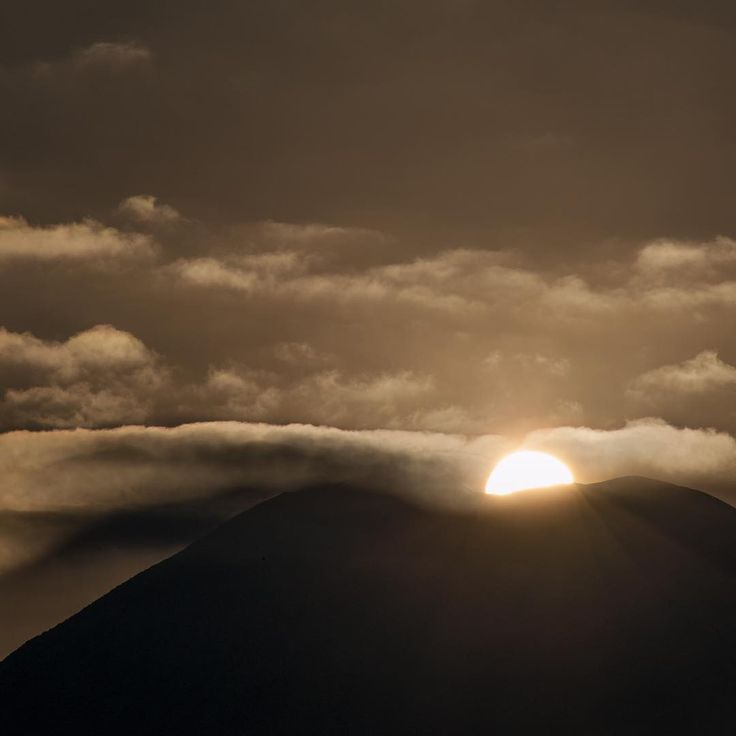 SUNRISE ABOVE MOUNT YOTEI @zaborin.ryokan #sunrise above #mtyoutei #wintersolstice #shortestdayoftheyear #niseko #hokkaido #ryokan #enjoythenight #zaborin  #坐忘林  | zaborin.com