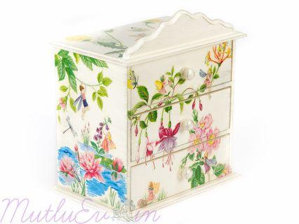 Mutlu evinizin çocuk odası için ; 3 çekmeceli Takı Kutusu. Peri desenli bol renkli.  Doğal malzemelerden üretilmiş olup sağlığa zararlı madde içermez.  En: 22,5 cm Boy: 26 cm Genişlik: 14,5 cm