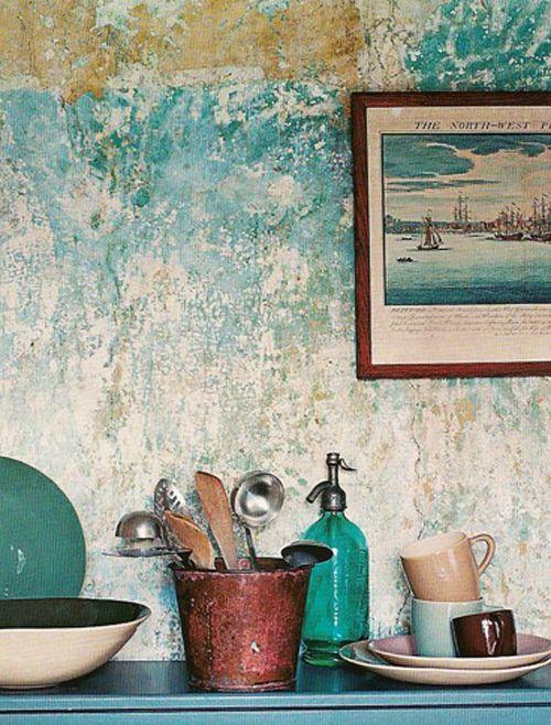intérieur : mur usé, objets