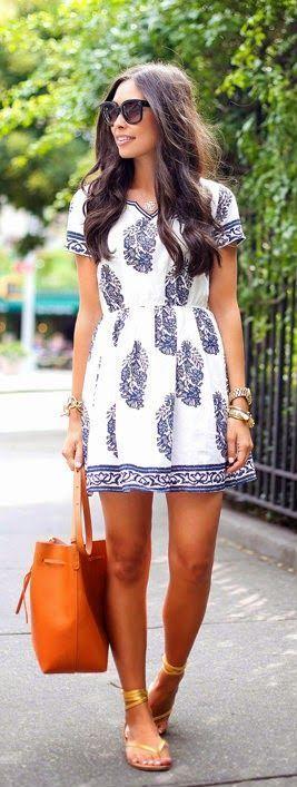Este vestido me lo pongo un fin de semana. El vestido es blanco con flores azules. También me pongo unas pulseras.