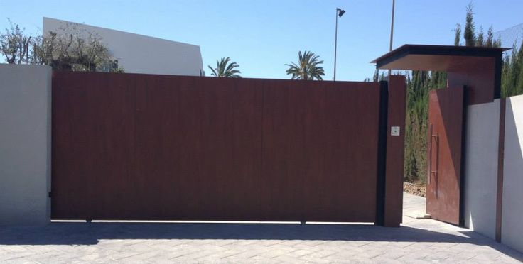 La entrada de tu chalet con una peque a puerta lateral a juego con la puerta corredera - Puertas de chalet ...