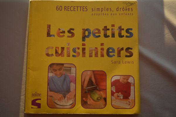 Premier livre de cuisine de Félix! Les petits cuisiniers, 60 recettes simples, drôles, adaptées aux enfants de Sara Lewis.
