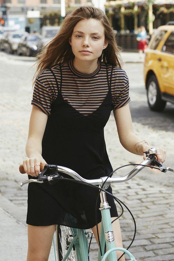 Vestido com camiseta: essa moda te pega? | Slip dress with t-shirt. Sobreposição vestido com camiseta. Como usar sobreposição. Como usar vestido camisola. Como usar camiseta listrada.