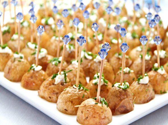 A batatas bolinha são um ótimo tira gosto em jantares e festas! Asse ou cozinhe na água e enfeite com cream cheese e cebolinha! E os palitinhos com miçanga dão o charme final! #Festeggiare #ComidaDeFesta