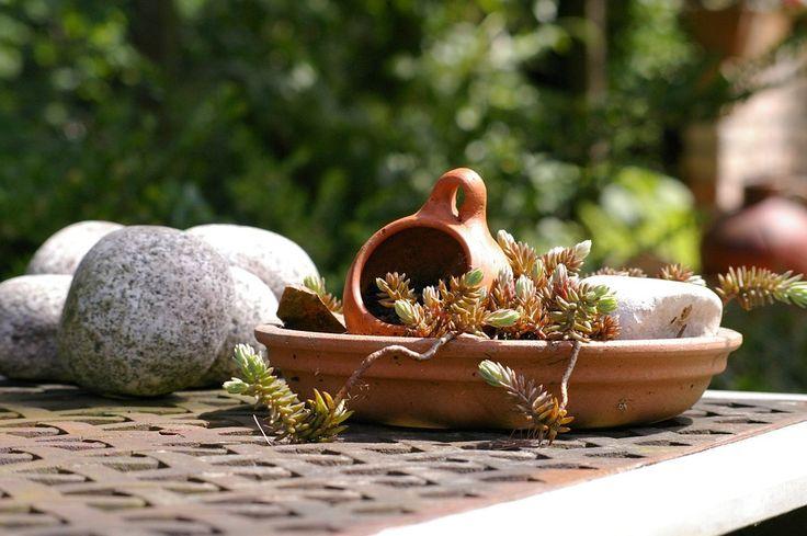 Se os seus vasos de argila e terracota estão quebrados, não jogue-os fora - eles podem se transformar em algo maravilhoso!