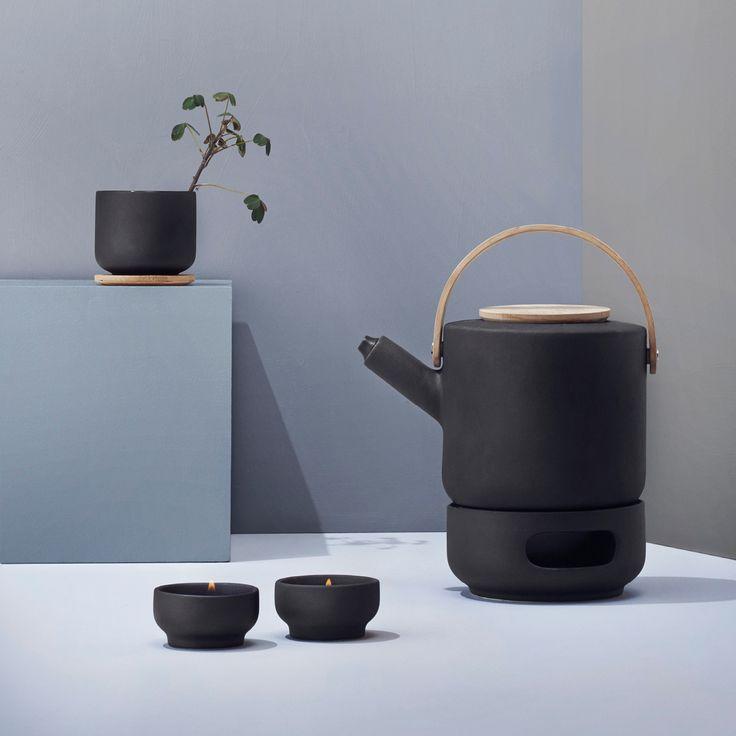 Den smukke Theo serie fra Stelton har et enkelt og stilrent formsprog, som giver ro til øjet og plads til fordybelse og afslapning med dit eget kaffe- eller te-ritual.