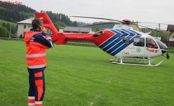 Kluk šel do školy, srazilo ho auto: S těžkým zraněním ho převážel vrtulník