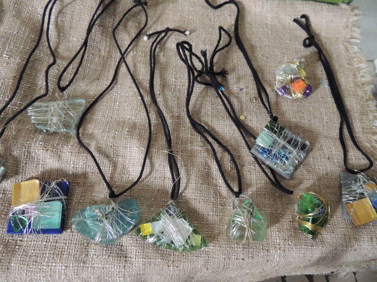 Pendagli ( gioielli impossibii) creati con uso di materiali di scarto. sassi di fiume vetro metallo.