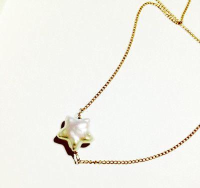 お星様の形をした淡水パールのネックレスです。淡水パールで自然に形成されたとても可愛らしい優しい星モチーフ。淡水パールは天然の為一つずつ形が異なるため、一つとし...|ハンドメイド、手作り、手仕事品の通販・販売・購入ならCreema。