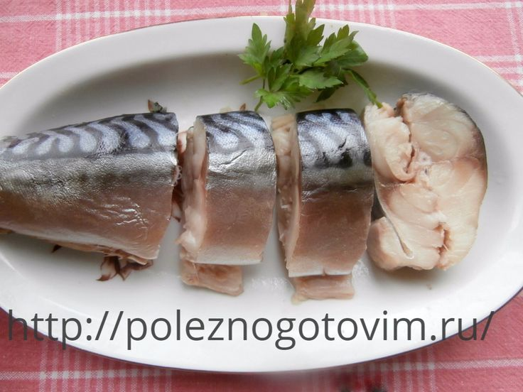 Потрясающая соленая скумбрия! Соленая скумбрия готовится на основе рассола-маринада. Благодаря этому она всегда получается нежной, малосольной и сочной. Это лучший рецепт засолки рыбы.