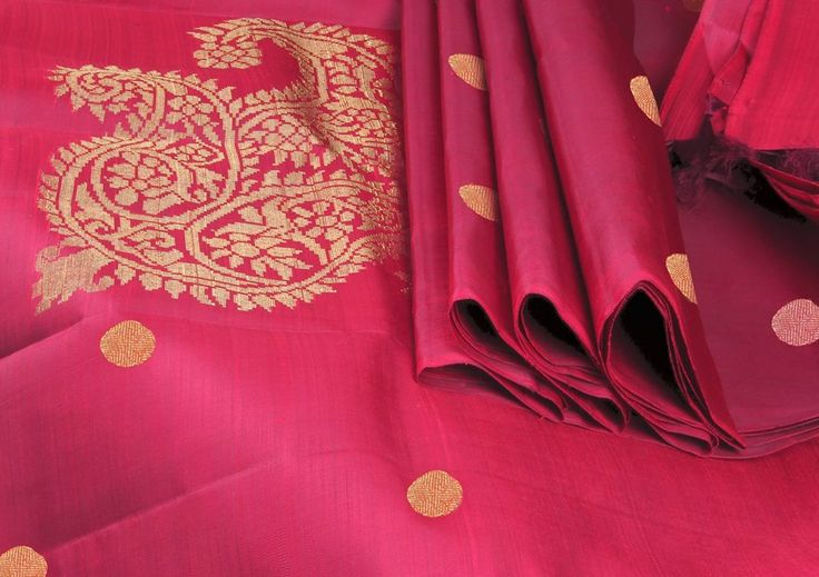 A fiery #redclassic Saree - with coin buttas on the body and a #perfect Paisley in the pallu! Drop dead gorgeous..